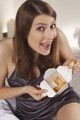 Frau hält Schachtel mit asiatischem Fast Food