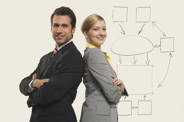 Geschäftsleute und Frauen Rücken an Rücken, lächeln, Porträt