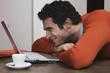 Mann mit Kaffeetasse, lächeln auf Laptop