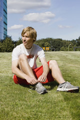 Deutschland, Berlin, Junger Mann binden Schuh