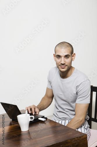 Deutschland, Junger Mann mit Laptop