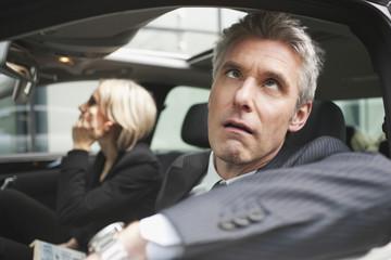 Deutschland, Hamburg, Zwei Geschäftsleute sitzen im Auto, Geschäftsmann