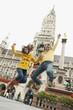 Deutschland, Bayern, München, Marienplatz, Paar Hände halten in einer Luft springen, lachen, Porträt