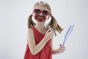 Mädchen tragen Sonnenbrillen und spielen mit Lippenstift