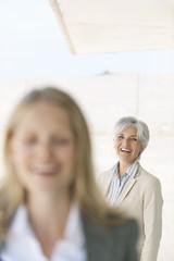 Spanien, Mallorca, Zwei Geschäftsfrauen, lachen
