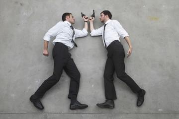 Zwei Geschäftsleute, Duell mit Waffen