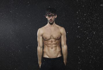Mann steht im Regen, Wetter, die Hände in den Taschen