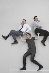 Geschäftsfrau hebt zwei Kollegen hoch