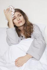 Kranke Frau mit Eisbeutel