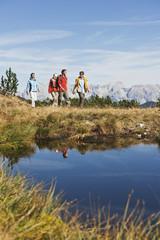 Österreich, Salzburger Land, Vier Wanderer unterwegs