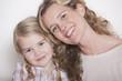 Deutschland, Mutter und Tochter Kopf an Kopf, Portrait, close-up