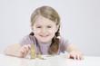 Mädchen Zählen Stapel von Münzen, Lächeln, Portrait