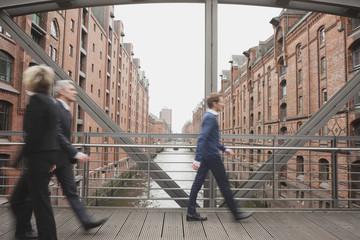 Deutschland, Hamburg, Geschäftsleute Kreuzung Brücke