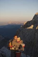 Österreich, Steiermark, Dachstein, Junges Paar auf dem Berg, umarmt sich