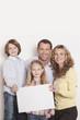 Deutschland, Familie mit leer Umzugskarton Karton, lächeln, Porträt