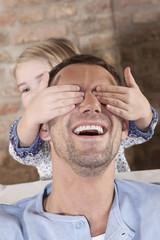 Deutschland, Mädchen, die Augen des Vaters zuhalten