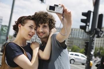 Deutschland, Berlin, Junges Paare, Foto sich selbst fotografieren