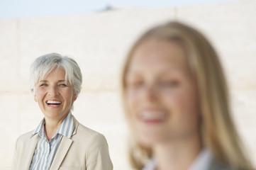 Spanien, Mallorca, Zwei Geschäftsfrauen lachen, Porträt