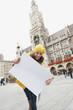 Deutschland, Bayern, München, Marienplatz, Frau halten leere Karte