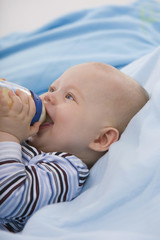Baby mit Baby-Flasche und blickte