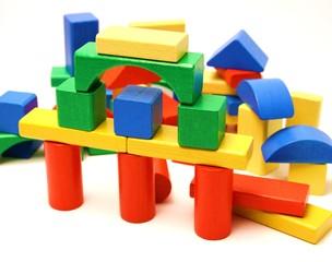 Brücke aus bunten Bausteinen