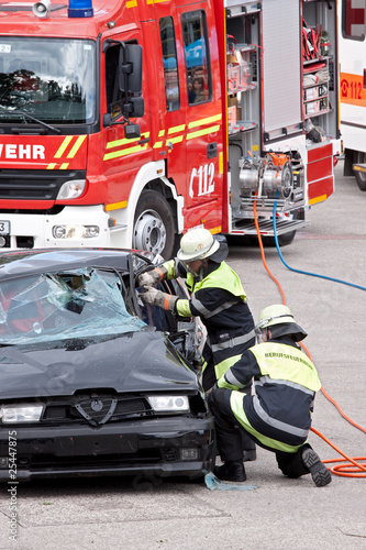 Leinwanddruck Bild Feuerwehr Rettungseinsatz mit Verletzten-Bergung
