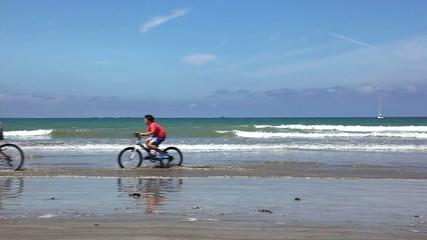in bicicletta sulla spiaggia