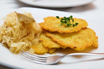 Kartoffelpuffer mit Sauerkraut