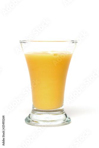 Eierlikör im Glas auf weißem Untergrund - 25493264