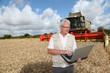 agriculteur dans son champ de blé