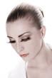 Frau mit geschlossenen Augen und künstlichen Wimpern