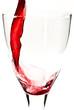 Rotwein fließt ins Weinglas V2