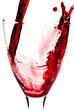 Rotwein fließt ins Weinglas V3