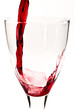 Rotwein fließt ins Weinglas V4