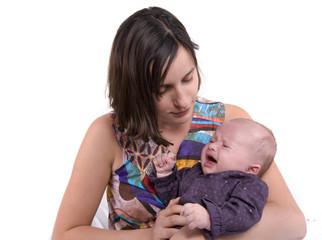 jeune maman qui console son bébé