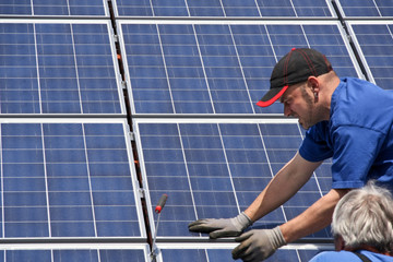 Workman with solar moduls