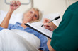 krankenschwester notiert patientendaten - 25532432