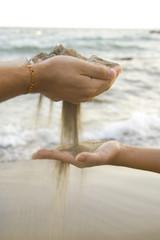 Derramando la arena en tus manos