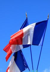 drapeaux tricolores sur fond de ciel bleu
