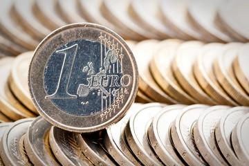 Pièce de 1 euro sur tas de pièces alignées