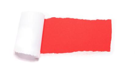 Gerissenes Paper mit rotem Hintergrund / extra copy space