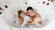Paar entspannt sich in der Badewanne