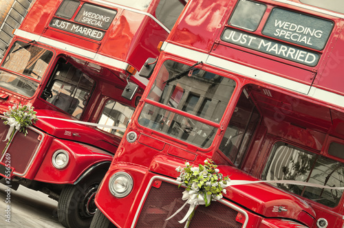 Foto op Canvas Londen rode bus Double Decker buses with just married sign in London.