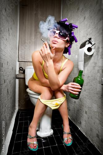 dziewczyna-siedzi-w-toalecie