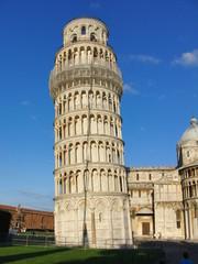 Der schiefe Turm von Pisa vor blauem Himmel