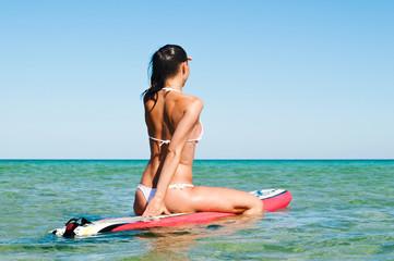 Frau mit Surfbrett