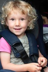 enfant bien attaché en voiture