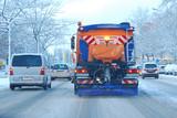 Fototapety Winter - Streufahrzeug in Stadtverkehr