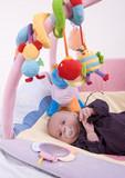 Fototapety bébé et ses jouets colorés