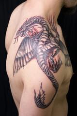 Drachen Tattoo auf Schulter Tätowierung